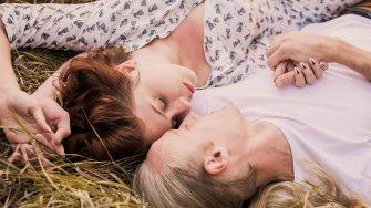 カップルの寝相でパートナーとの関係がわかるらしい…専門家の分析10パターン