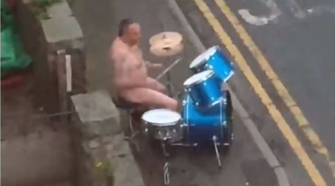 全裸でドラム